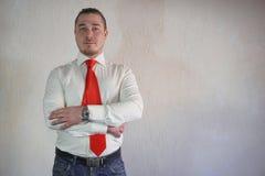Респектабельный человек в стиле дела в белой рубашке с красной связью и больших руках на белой предпосылке Стоковое Изображение