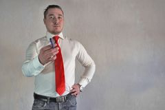 Респектабельный человек в стиле дела в белой рубашке с красной связью и больших руках на белой предпосылке Стоковое Изображение RF