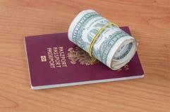 Республика пасспорта Польши биометрического и крен одной деньг доллара Стоковые Изображения