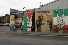 Республиканские настенные росписи в улице Divis, Белфасте стоковые изображения