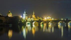 республика charles чехословакская prague моста причаленный взгляд корабля порта ночи Стоковое фото RF