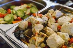 Ресторанное обслуживаниа и закуски на таблице подготовленной для гостей и участников событий стоковые фото