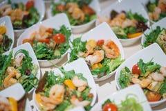 Ресторанное обслуживаниа и закуски на таблице подготовленной для гостей и участников событий стоковые фотографии rf