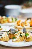 Ресторанное обслуживаниа и закуски на таблице подготовленной для гостей и участников событий стоковое изображение rf