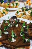 Ресторанное обслуживаниа и закуски на таблице подготовленной для гостей и участников событий стоковое фото