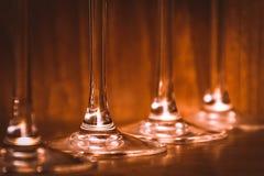 Ресторанное обслуживаниа, концепция партии: изображение конца-вверх бокалов на темной деревянной предпосылке Селективный фокус Стоковые Изображения RF