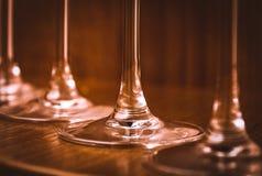 Ресторанное обслуживаниа, концепция партии: изображение конца-вверх бокалов на темной деревянной предпосылке Селективный фокус Стоковое Фото