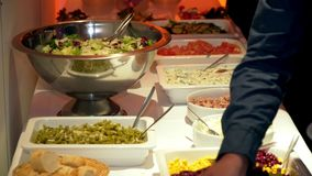 Ресторанное обслуживаниа обедающего шведского стола кухни кулинарное обедая концепция партии торжества еды видеоматериал