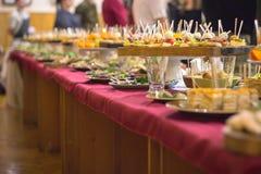 Ресторанное обслуживаниа шведского стола еды обедая концепция партии еды стоковая фотография rf