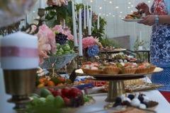 Ресторанное обслуживание Таблица ресторана с едой шведского стола стоковое фото