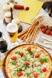 Ресторанные обслуживания Стеклянный поднос с закусками с бри, виноградиной, беконом, и креветками в ресторане Закуски перед Стоковая Фотография RF