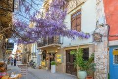 Рестораны на улице Chania на Крите, Греции Стоковые Изображения RF