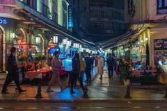 Рестораны улицы Стамбула на ноче Стоковые Изображения RF
