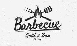 Ресторан барбекю - винтажная концепция логотипа Логотип барбекю, гриля и Адвокатуры с огнем, вилки гриля и шпателя Шаблон логотип иллюстрация вектора