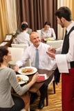ресторан заказа обеда дела принимая кельнера Стоковая Фотография
