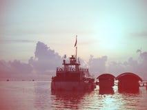 Ресторан корабля плавая на море воды на восходе солнца Стоковые Фото