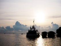 Ресторан корабля силуэта плавая на восход солнца Стоковое Изображение