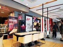 Ресторан крытый, Румыния KFC - люди делая выборы на афишах стоковые изображения rf