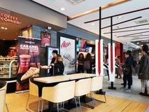 Ресторан крытый, Румыния KFC - люди делая выборы на афишах стоковое фото rf