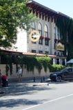 Ресторан маленькой девочки улицы Москвы идя шикарный стоковое изображение rf