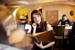 ресторан меню девушки Стоковая Фотография RF