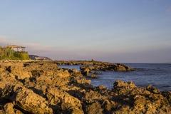 Ресторан на скалистой береговой линии Стоковое Фото