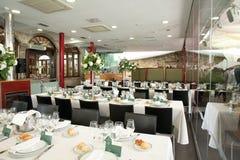 Ресторан обедая деталь с таблицами и цветками комплекта Стоковое Фото