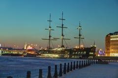 Ресторан связанного с Лед парусника плавая, вечер зимы в Святом Стоковые Фото