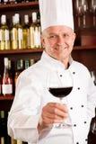 Ресторан стекла владением штанги вина кашевара шеф-повара Стоковые Фотографии RF