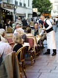 Ресторан тротуара Парижа, Франция Стоковая Фотография RF