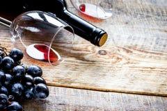 Ресторан установил с бутылкой и виноградиной вина на деревянной предпосылке Стоковые Фотографии RF