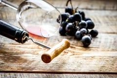 Ресторан установил с бутылкой и виноградиной вина на деревянной предпосылке Стоковая Фотография RF
