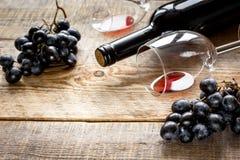 Ресторан установил с бутылкой и виноградиной вина на деревянной предпосылке Стоковая Фотография