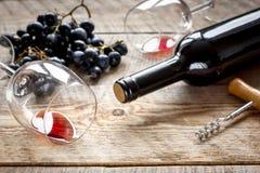 Ресторан установил с бутылкой и виноградиной вина на деревянной предпосылке Стоковое Изображение