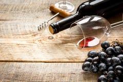 Ресторан установил с бутылкой и виноградиной вина на деревянной предпосылке Стоковое фото RF