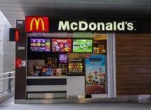 Ресторан фаст-фуда McDonald стоковые фотографии rf