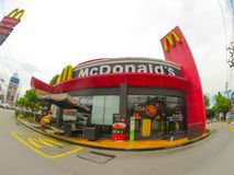 Ресторан фаст-фуда McDonald в широкоформатном взгляде стоковое фото rf