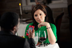 Ресторан: Человек надоедает другие путем использование сотового телефона во время еды Стоковое Изображение RF