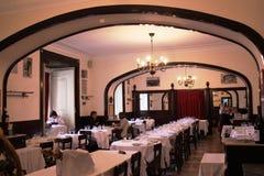 Ресторан Café Martinho da Arcada Лиссабон: основное пятно & известная таблица Pessoa's поэта Стоковые Изображения