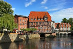 Ресторан ` hle ¼ ner MÃ ¼ ` LÃ в историческом центре средневекового немецкого города стоковое изображение