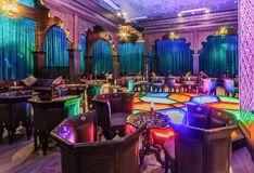 Ресторан Layali восточный в курорте Gorky Gorod имеет элегантный интерьер современного восточного дизайна стоковое фото