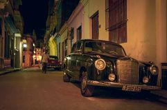 Ретро автомобиль в улице ночи Гаваны Стоковая Фотография RF