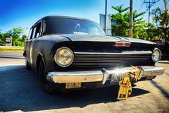 Ретро автомобиль Holden с бампером зеркала хрома на улице предпосылки в ubud на небе предпосылки голубом Стоковое Фото
