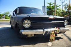 Ретро автомобиль Holden с бампером зеркала хрома на улице предпосылки в ubud на небе предпосылки голубом Стоковые Изображения