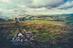 Ретро ландшафт Шотландии пирамиды из камней вершины холма Стоковые Изображения RF