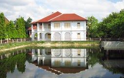 Ретро белые дворец и тень на воде Стоковые Изображения RF