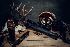 Ретро боеприпасы звероловства винтовки и биноклей Стоковая Фотография RF
