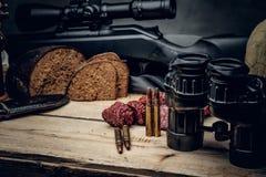 Ретро боеприпасы звероловства винтовки и биноклей Стоковые Изображения RF