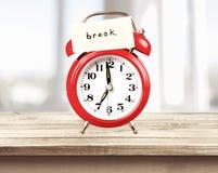 Ретро будильник с знаком бумаги пролома дальше Стоковые Изображения RF