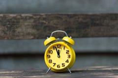 Ретро будильник с 5 минутами к часами ` 12 o Стоковое Изображение